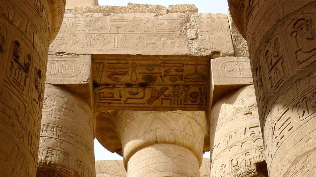 ensemble de pierre sculptées dans le temple de Karnak