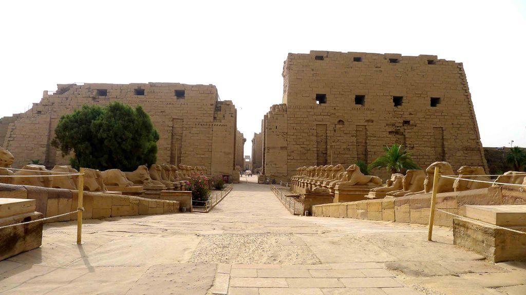 Pylône à l'entrée avec les Sphinx à tête de bélier