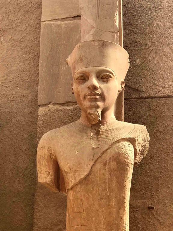 sculpture d'un visage de pharaon abimé