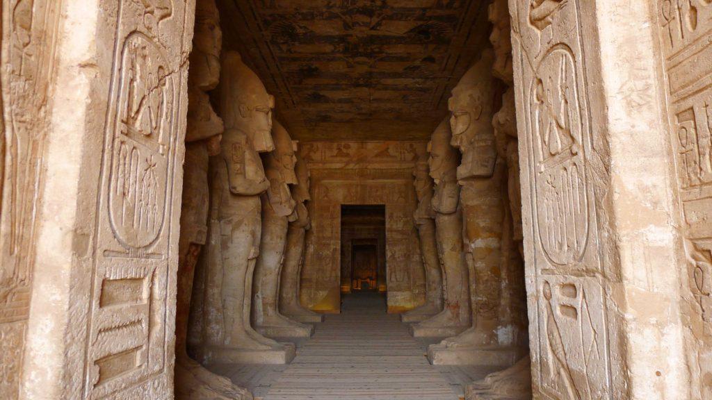 Rangée de colosses de statues à l'entrée du temple de Ramses II àAbu Simbel