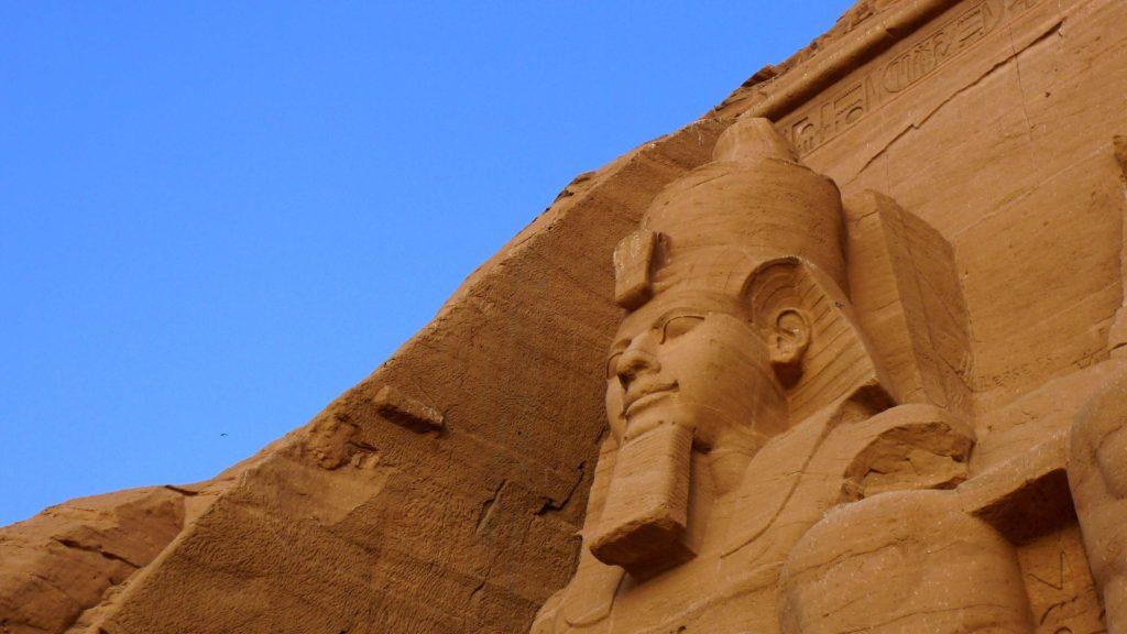 Gros plan sur le visage de Ramses II à l'entrée du temple d'Abu Simbel