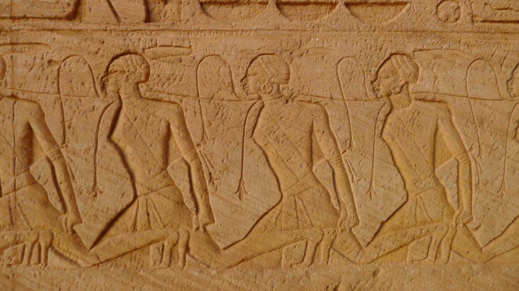 Sculpture des prisonniers de Ramses à l'entrée du temple d' Abu Simbel