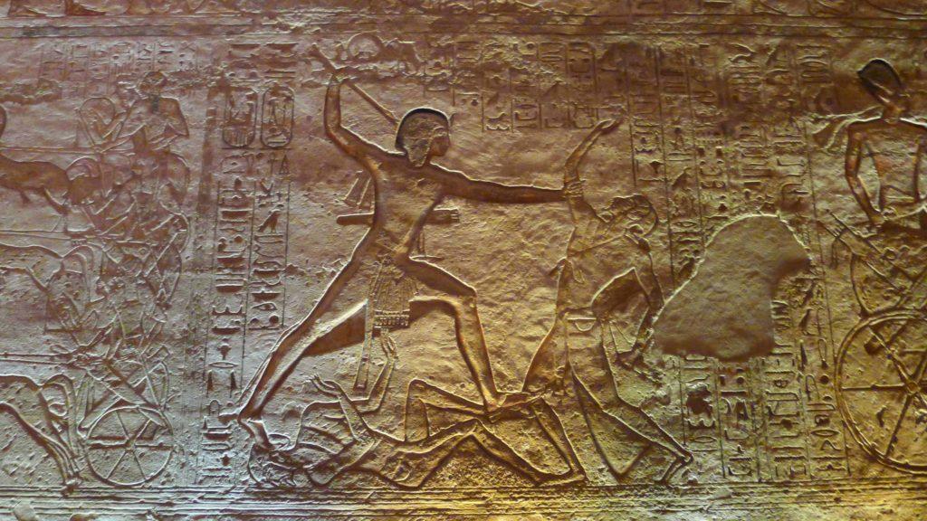 sculpture en bas relief représentant Ramsès II tuant ses ennemis