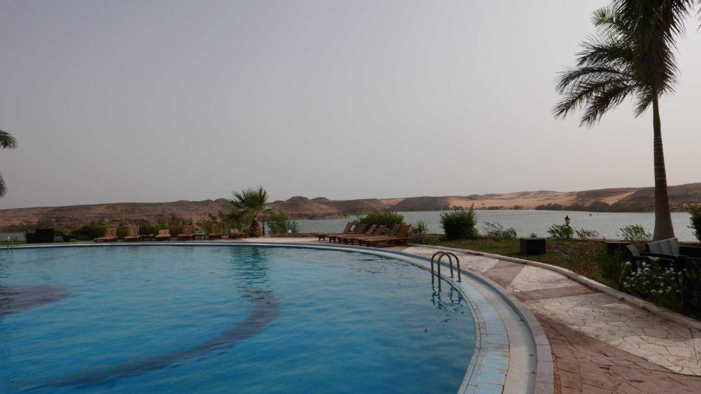 Vue de la piscine de l'hôtel Sethi 1er et derrière le lac Nasser