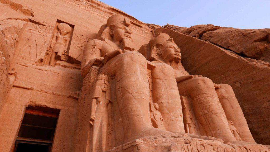 gros plan sur la statue de Ramses II à Abu Simbel