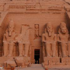 Temple de Ramses II à Abu Simbel sous la lumière du matin