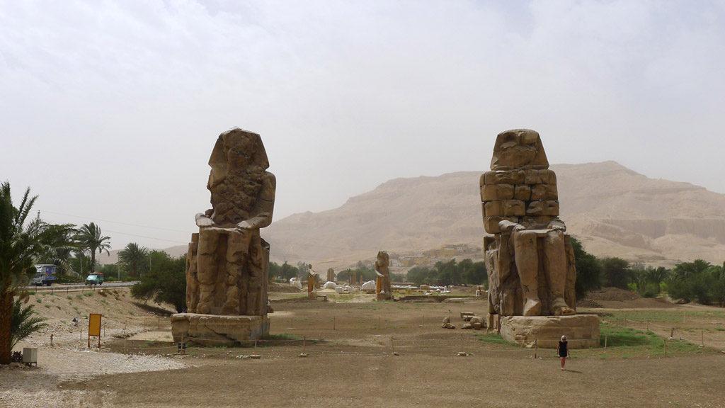 deux statues de pierres ce sont les colosses de thebes