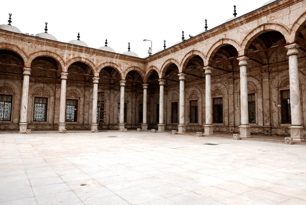 cour avec colonnes en marbre blanc
