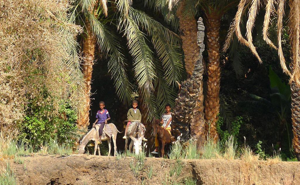 Vue de la felouque sur la rive du Nil avec trois enfants