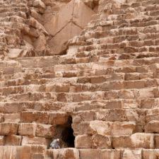 cavité dans la pyramide de Kheops avec un homme à l'entrée