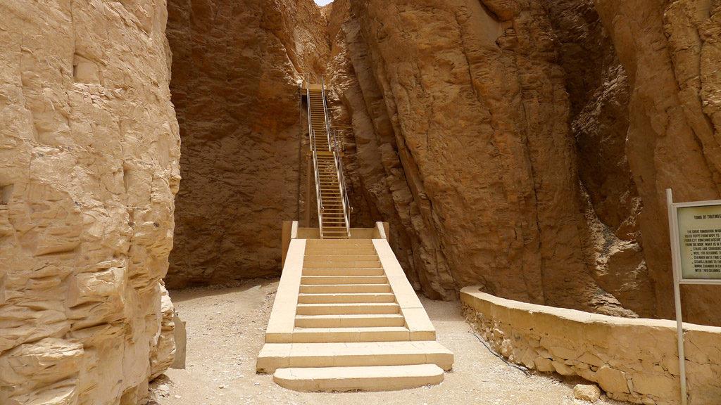 Escalier qui mène vers une tombe dans l vallée des rois