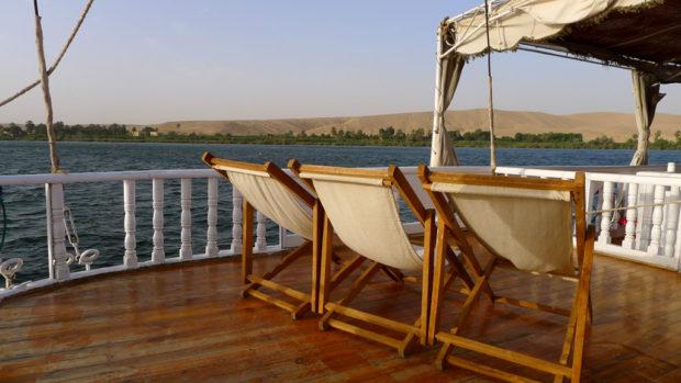 Vue sur le désert de sable et le Nil de la felouque