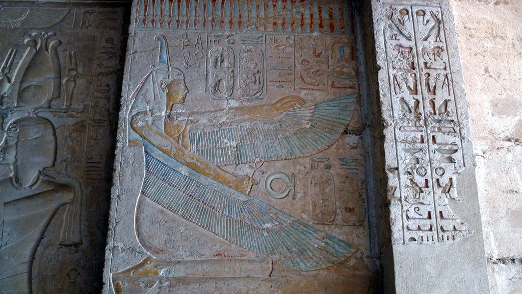Bas relief sculpté à l'entrée d'une tombe dans la vallée des rois
