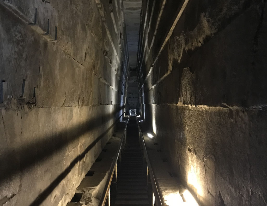 couloir sombre à l'intérieur de la pyramide de Kheops
