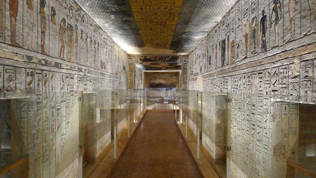 Couloir de l'intérieur d'une tombe dans la vallée des rois