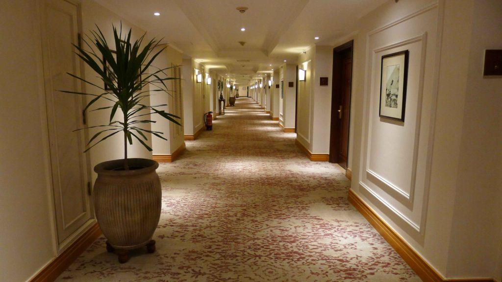 Très long couloir de l'hôtel Mena House