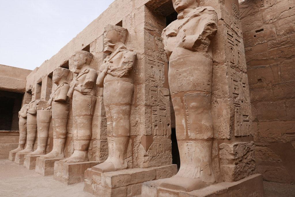 Rangée de statues à Karnak