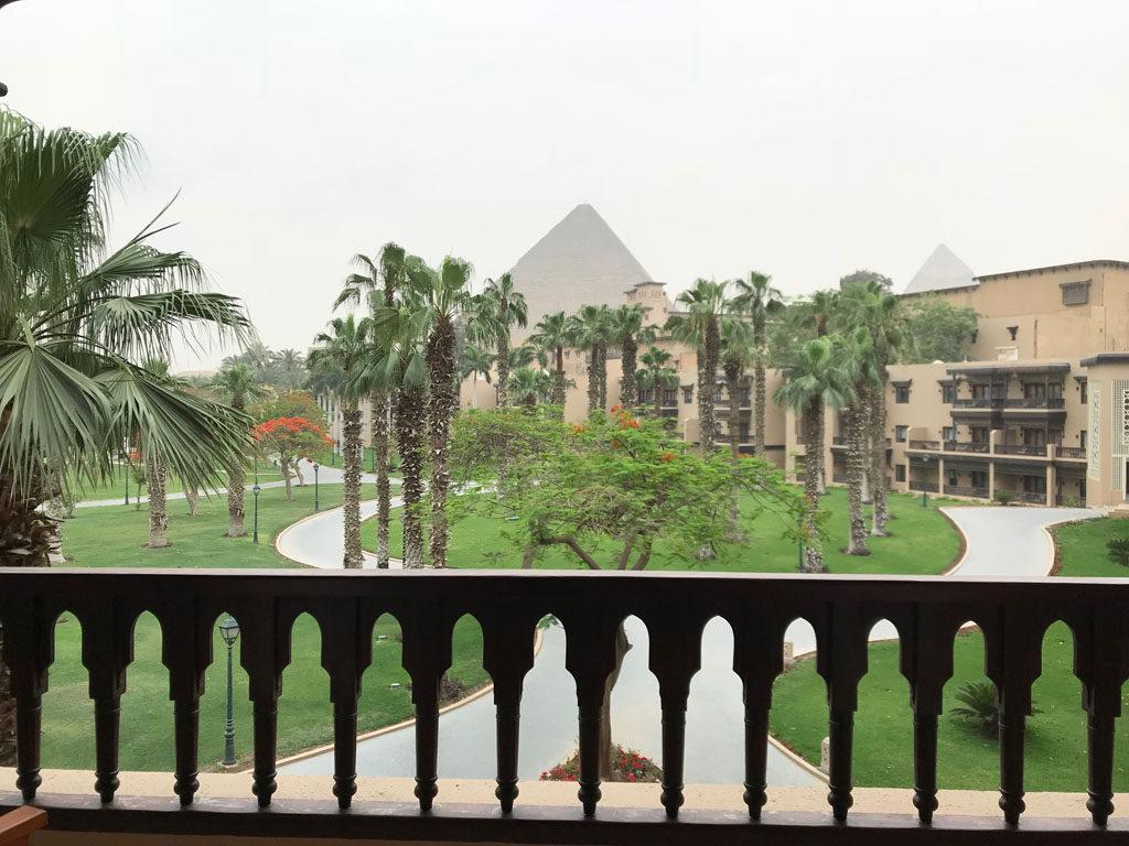 Vue sur les pyramides de notre chambre d'hôtel Mena House