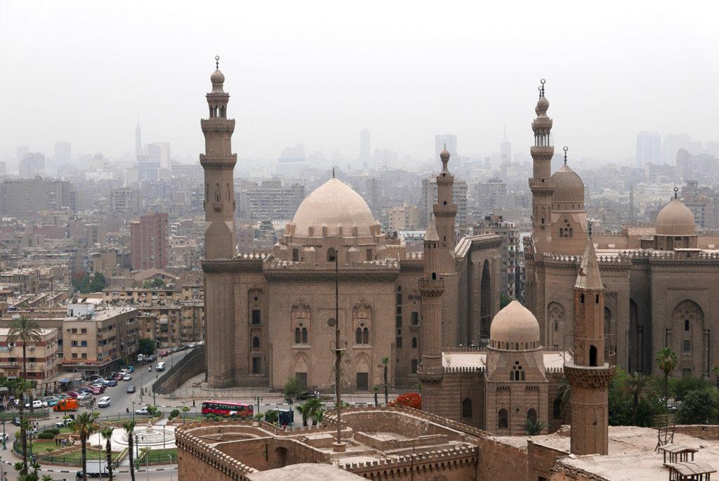 vue sur deux mosquées l'une en face de l'autre Hassan et el Rifaï au Caire