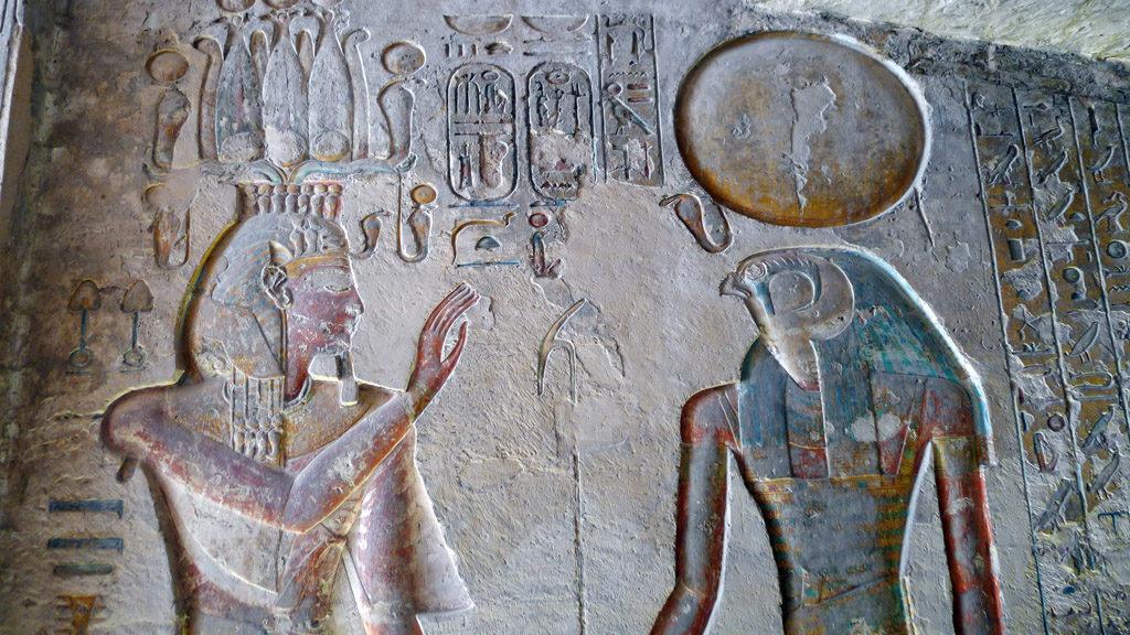 Détail d'une fresque peinte pharaon et Horus dans une tombe de la vallée des rois