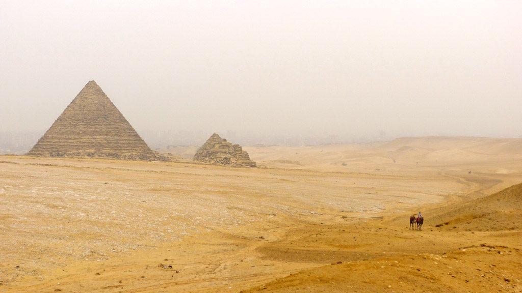 Le plateau de Gizeh et la ville dans le brouillard