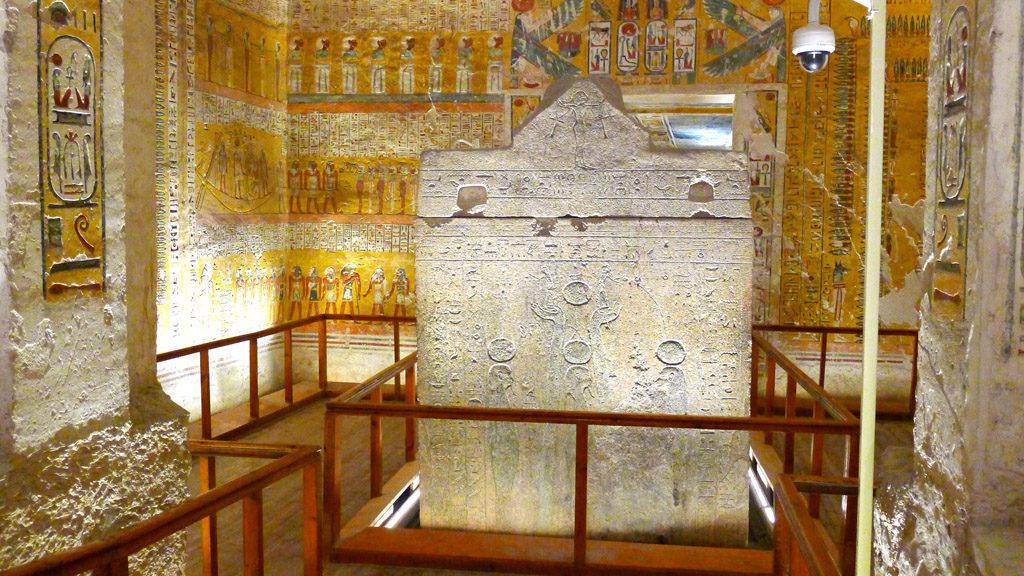 Sarcophage sculpté et fresques colorées dans une tombe de la vallée des rois