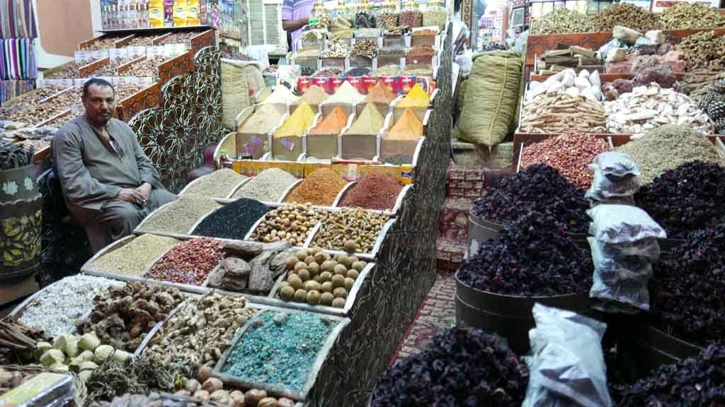 Dans le souk d'Assouan, les épices et l'hibiscus