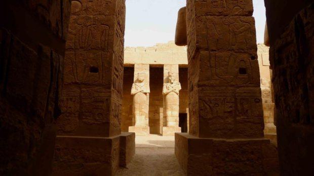 détail de statues de pierre dans le temple de Karnak